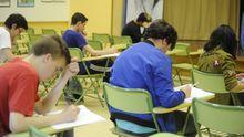 LA ESO EN UN EXAMEN. Alumnos de Lalín haciendo el examen final de ESO en el 2017. La llamada reválida quedó sin valor, pero su impulso, José Ignacio Wert, la presentó como una prueba obligatoria para tener el título de secundaria