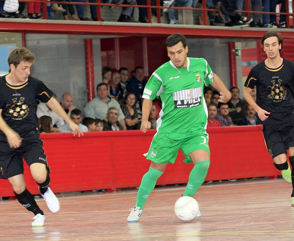 Girón, del Xove, durante el empate a tres ante el Bueu en el Municipal con las gradas repletas.