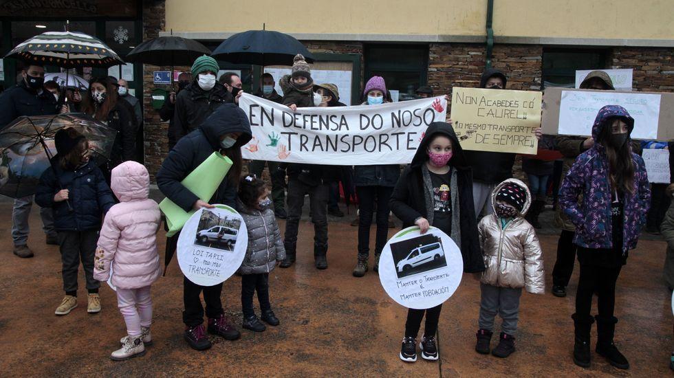Entre los participantes en la protesta de Folgoso do Courel estaban los estudiantes del colegio y sus familias
