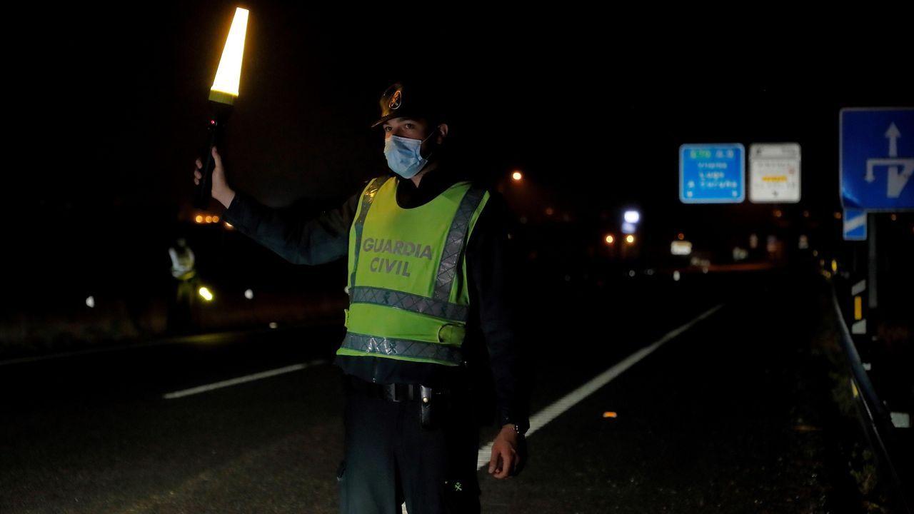 Tráfico, carreteras, señal.Tres patrullas de la Guardia Civil realizan esta madrugada controles en la Autovía A-8 que comunica con Asturias en Ribadeo (Lugo).