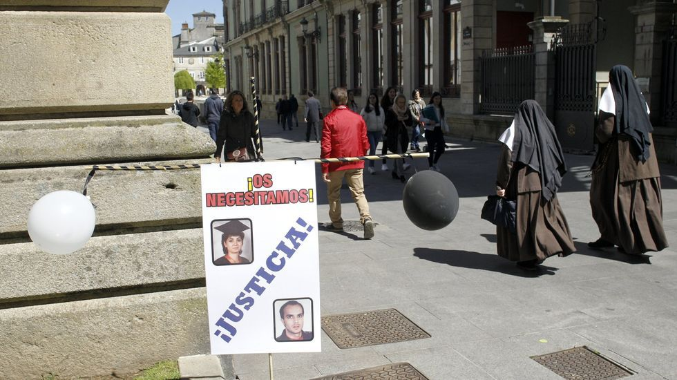 Las imágenes del piso piloto de la promoción de la plaza de Bretaña.Turistas en la Catedral de Lugo este martes