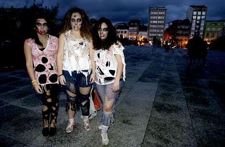 Mucha sangre y la ropa desgarrada, «atrezzo» imprescindible para ir de zombi por la vida.