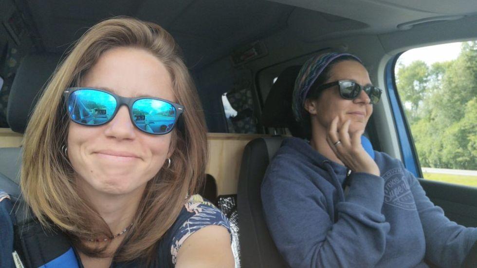 Laura Cañal y María Rodríguez, en la furgoneta en la que recorrieron 25.000 kilómetros entre O saviñao y Japón