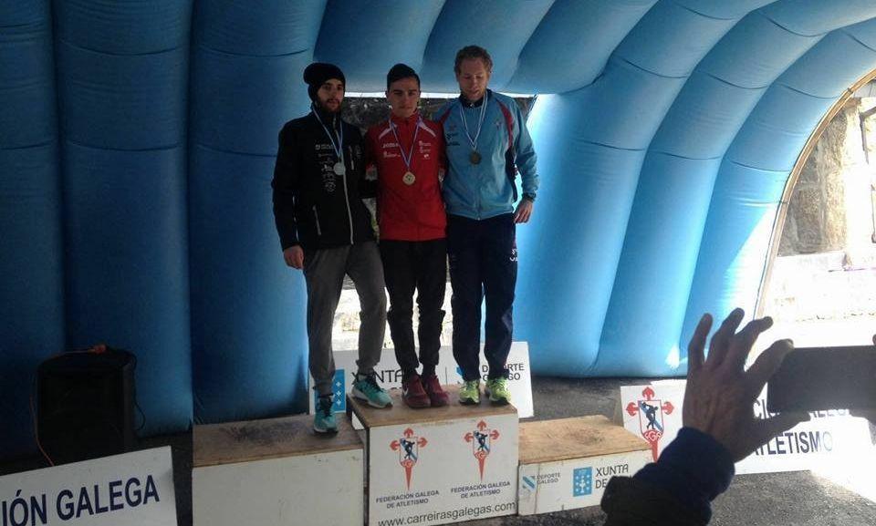 El atleta del club estradense en el podio en A Veiga tras concluir el campeonato gallego de trail.