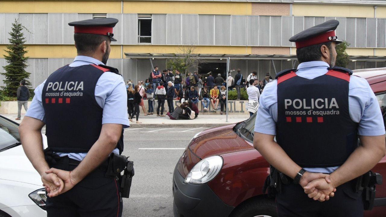 Mossos y Policias se abrazan en Pineda ante la marcha de estos últimos.Protesta del sindicato USO Asturias