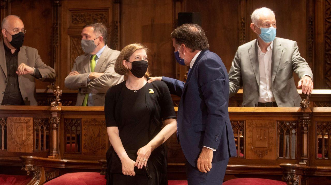 La viuda de Carlos Ruiz Zafón, Mari Carmen Bellver, y el presidente de Planeta, José Creuheras, durante el acto de homenaje al narrador. A la derecha, el escritor y amigo de Zafón Eduardo Mendoza.