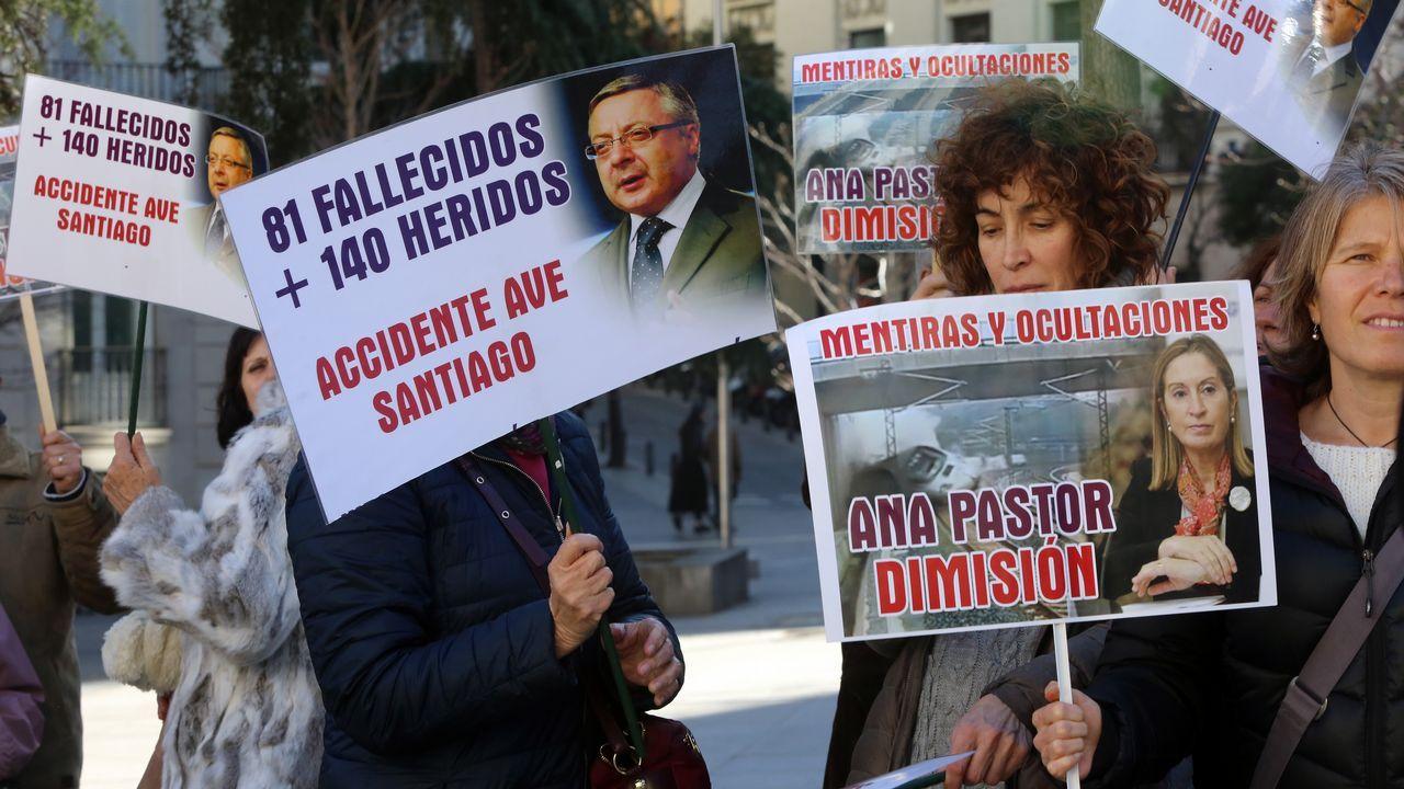 Víctimas del Alvia se concentran a las puertas del Congreso de los Diputados