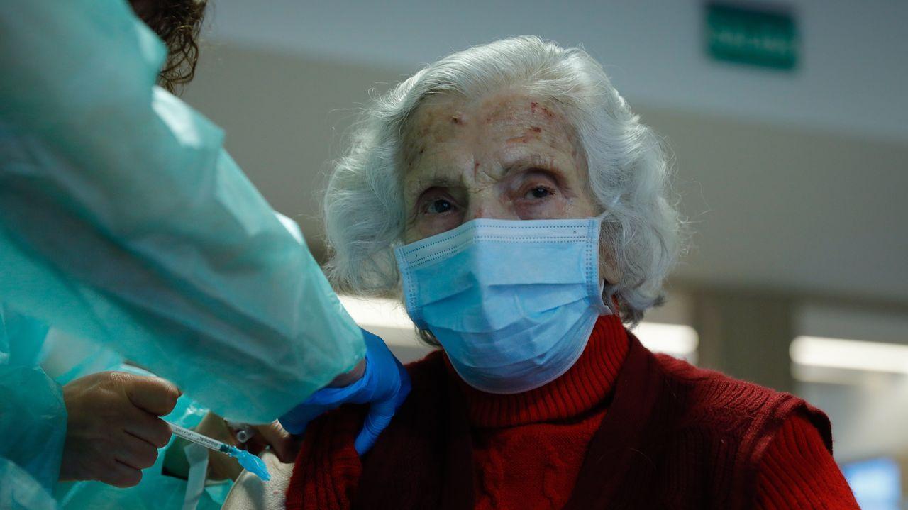 La nueva fase de la desescalada en A Coruña, en imágenes.Generosa Ramos, una mujer de 106 años y usuaria de la Real Institución Benéfica Padre Rubinos, recibió este jueves recibió la segunda dosis de la vacuna contra el covid-19