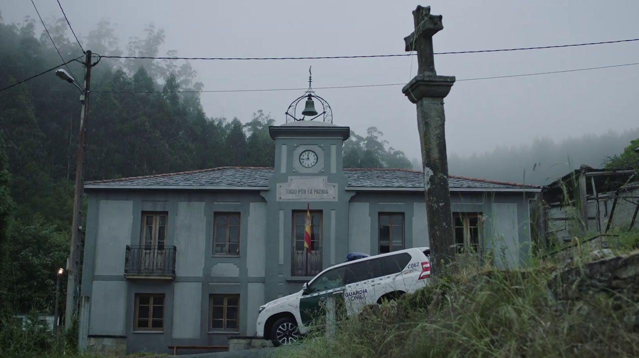 En la ficción, el cuartel de la Guardia Civil. En realidad, el local social de una parroquia de Ortigueira, un edificio indiano