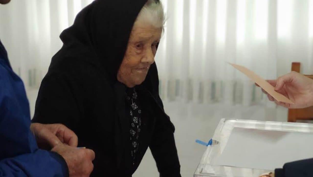 María Bouzas Senín, de 103 años, acude a votar