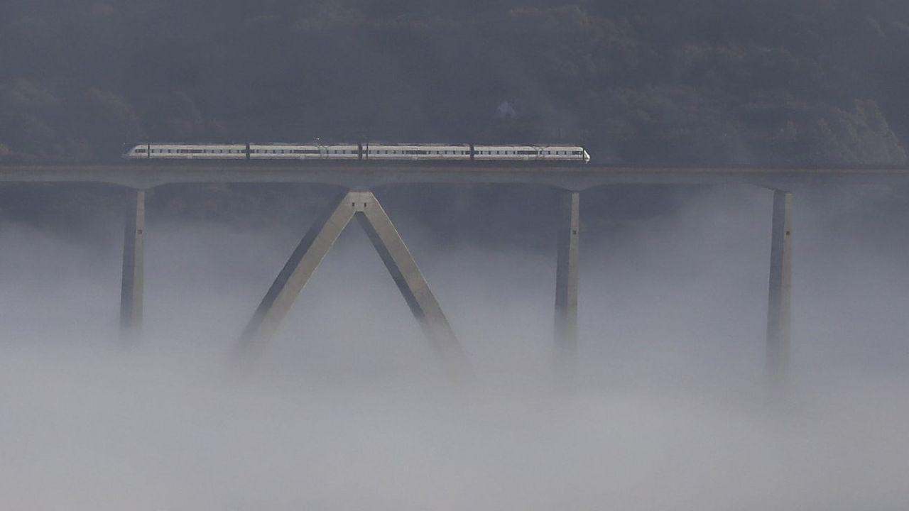 Las reclamaciones afectan a toda la línea gallega. En la imagen, el viaducto de O Eixo, en el tramo Santiago-Ourense
