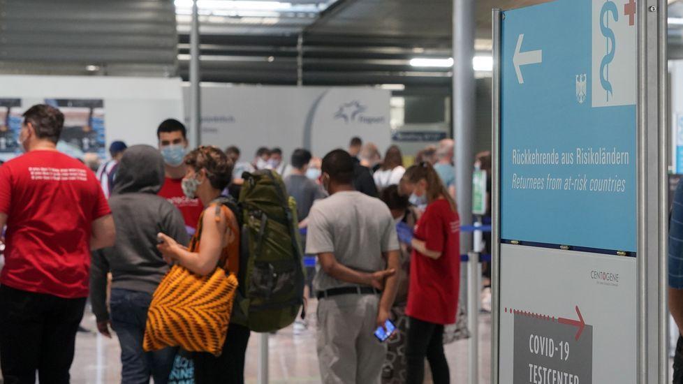 Una señal informativa sobre el centro de pruebas para los viajeros que regresan de países de riesgo