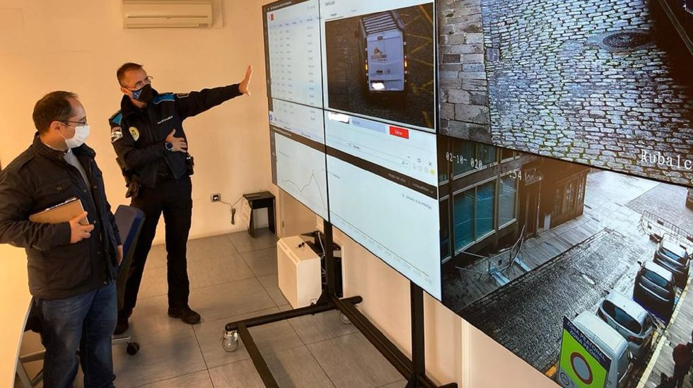 Concierto en La Vega.El concejal de Seguridade, Germán Costoya, y el jefe de la Policía Local de Ferrol comprueban el funcionamiento de las nuevas videocámaras de la plaza de Armas en la gran pantalla instalada en el cuartel de San Xoán