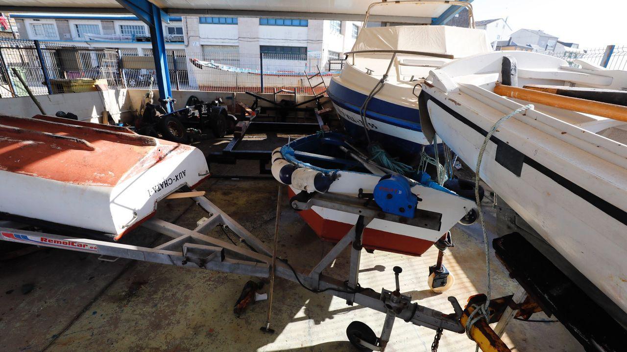 Así quedaron algunas embarcaciones varadas en la marina seca de San Cibrao tras irrumpir el oleaje en el muelle