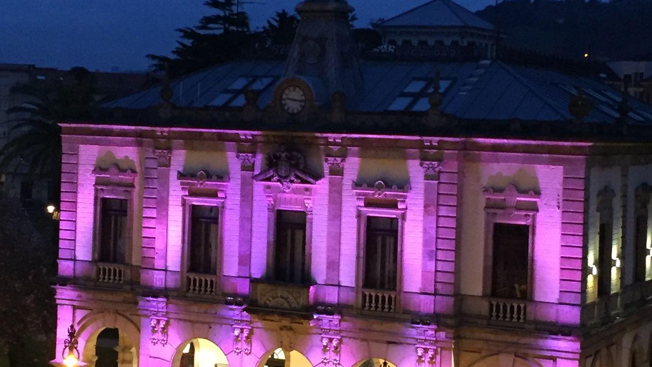 Entrevista ciudadana a Adrián Barbón.La fachada de la casa consistorial de Villaviciosa iluminada de morado en homenaje a su Semana Santa.