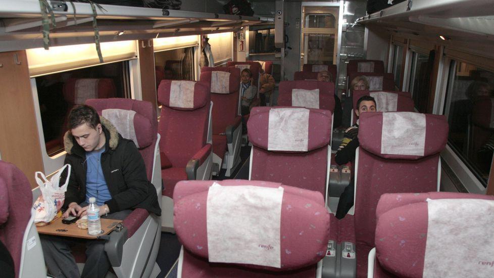 Fotografía de archivo dle interior del tren hotel entre Galicia y Cataluña, detenido en la estación de Monforte