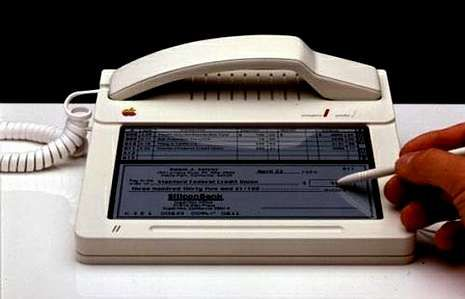 iPhone 5: La presentación de Apple en imágenes.<span lang= es-es >Prototipo y primeras ideas</span>. A la izquierda Purple, un teléfono creado por Apple en el 2005 (dos años antes del iPhone). Arriba, las primeras ideas, teléfono con pantalla táctil, aunque todo a un tamaño acorde con la época, 1983.