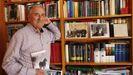 Xosé Fortes —na imaxe, na súa biblioteca— publicou varias obras sobre o mundo rural galego