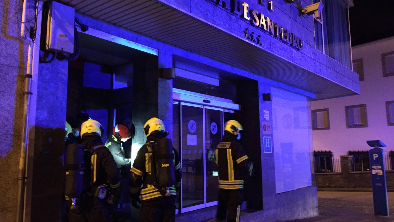 Los bomberos,en el momento de abrir la puerta