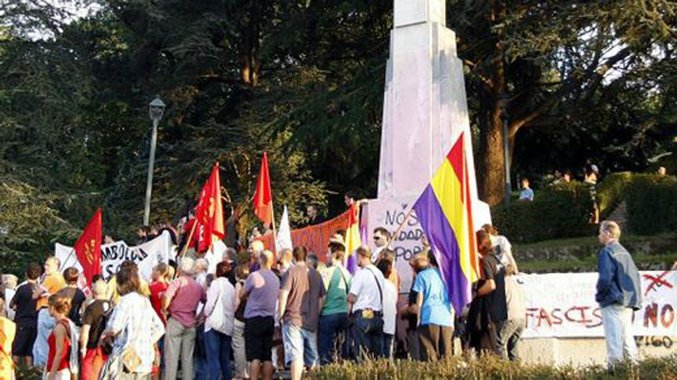 De trabajar en Angrois y buscar a Marta del Castillo a jubilarse en Pontevedra.Manifestantes protestan frente a una cruz franquista.