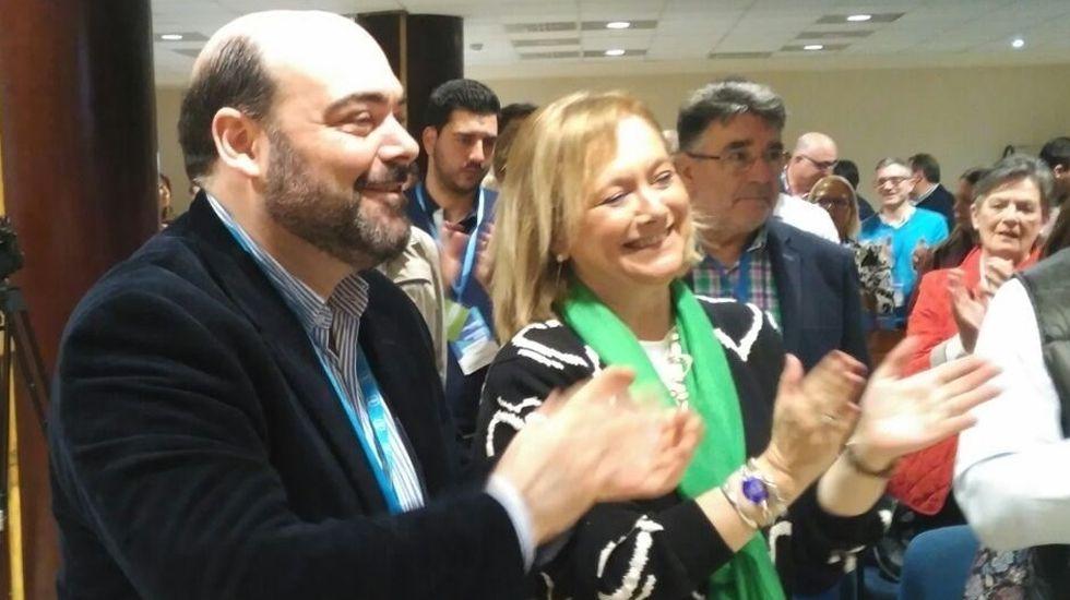 Rubén Rosón se dirige a Agustín Iglesias Caunedo, al término de un pleno de Oviedo.Agustín Iglesias Caunedo, junto a Mercedes Fernández, en el Congreso del PP ovetense