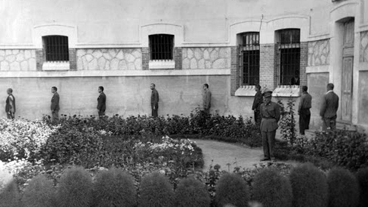 Una fila de condenados del duro penal de Burgos, que llegó a concentrar 2.000 presos políticos en la posguerra