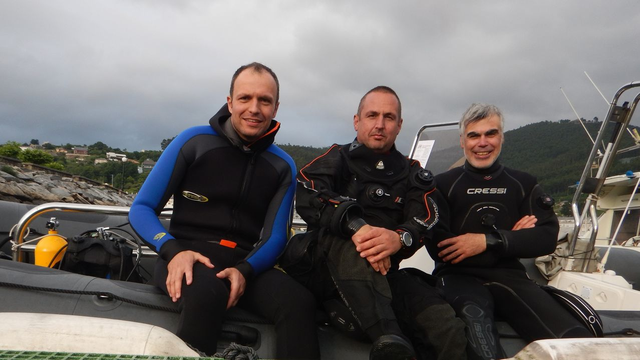 Y el mar se abrió paso en el Obradoiro.Dirk Simón, Jennifer María y Pilar, en la playa de Esteiro, cerca de donde se hundió la nave