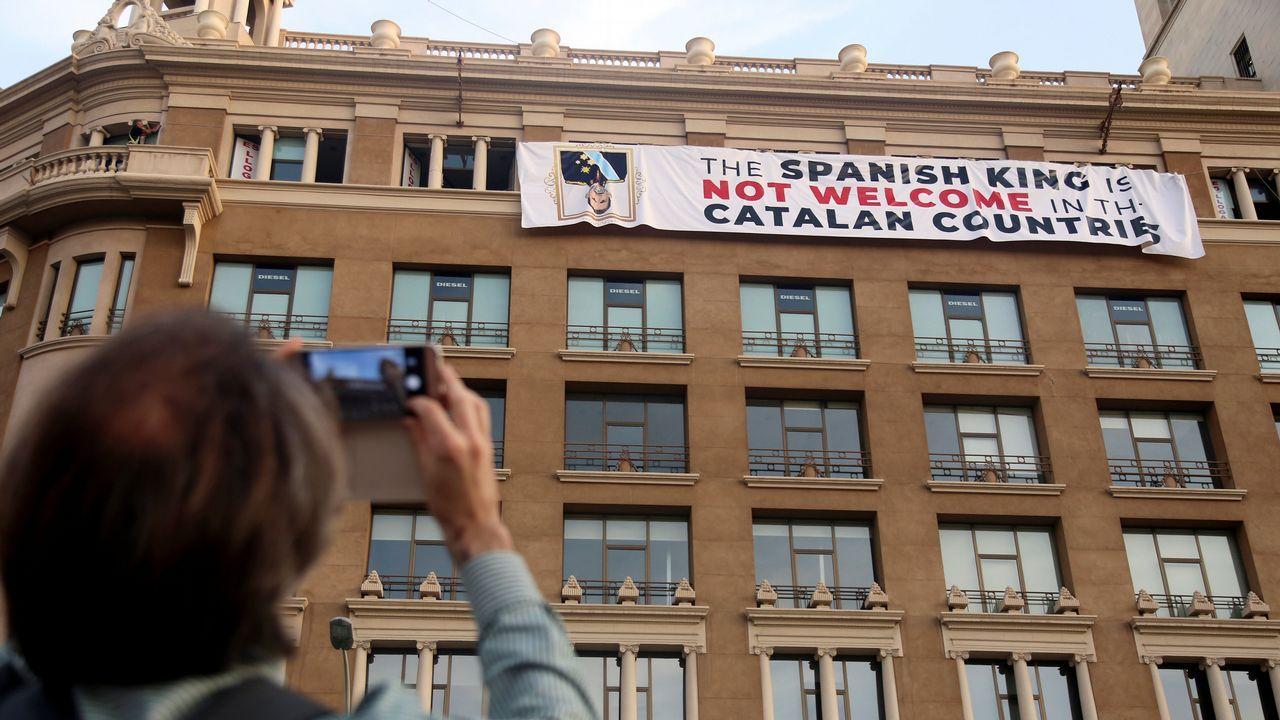 Un grupo de independentistas ha colgado una pancarta en contra del rey en la fachada de un edificio de la plaza de Cataluña de Barcelona, donde se va a celebrar el acto central en recuerdo de las víctimas de los atentados del 17A.