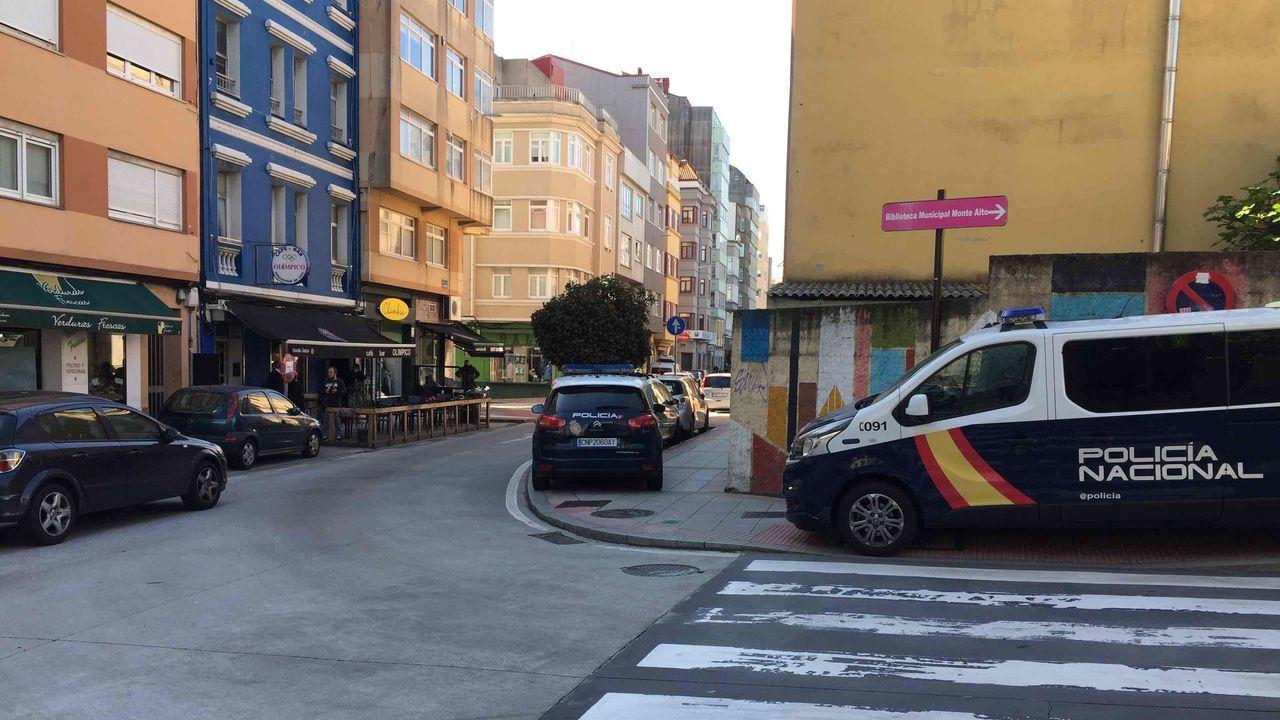 Operativo policial en la calle de la Torre.Restos de botellón y marcas de frenadas por carreras ilegales en Vío.