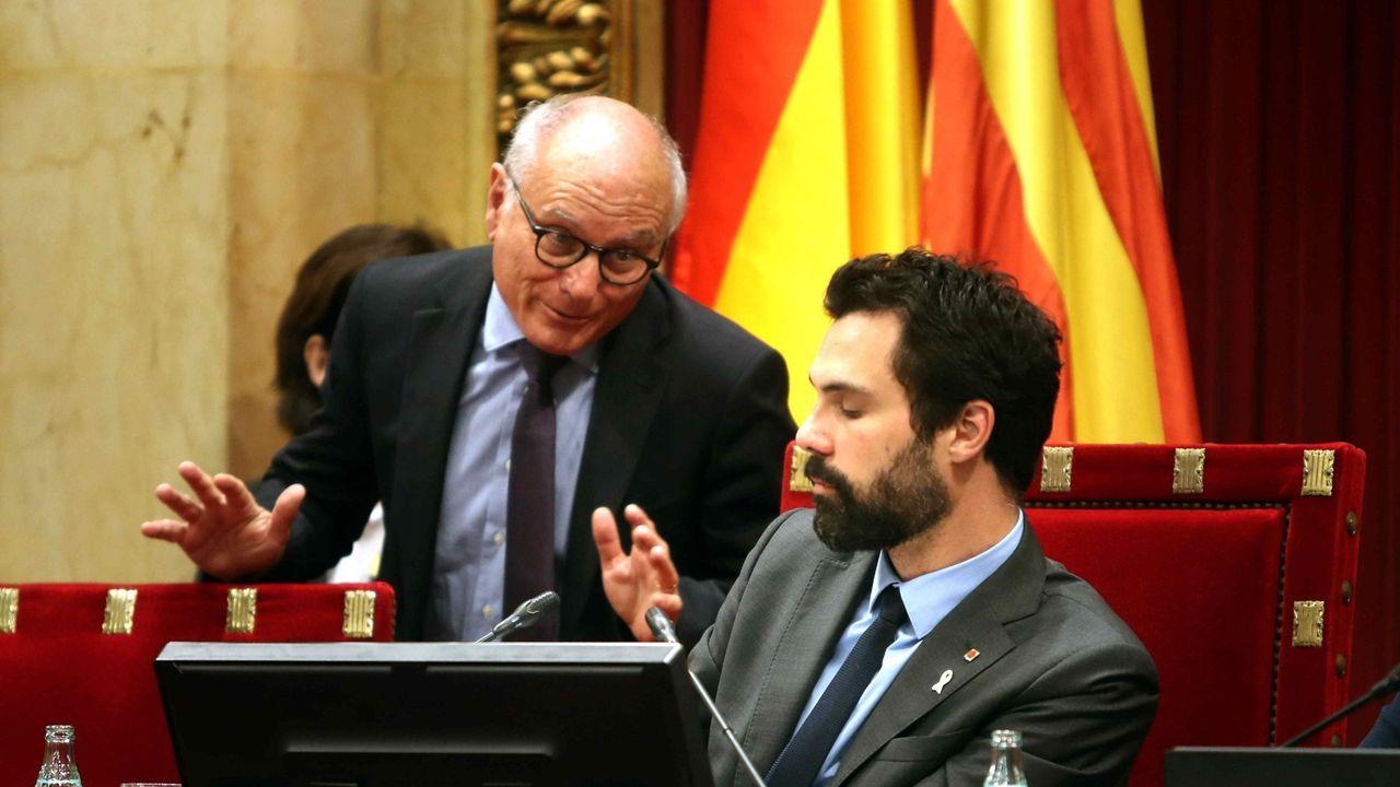 El presidente de la Cámara catalana, Roger Torrent, junto al secretario general del Parlamento catalán, Xavier Muro, durante un pleno celebrado en mayo del 2018