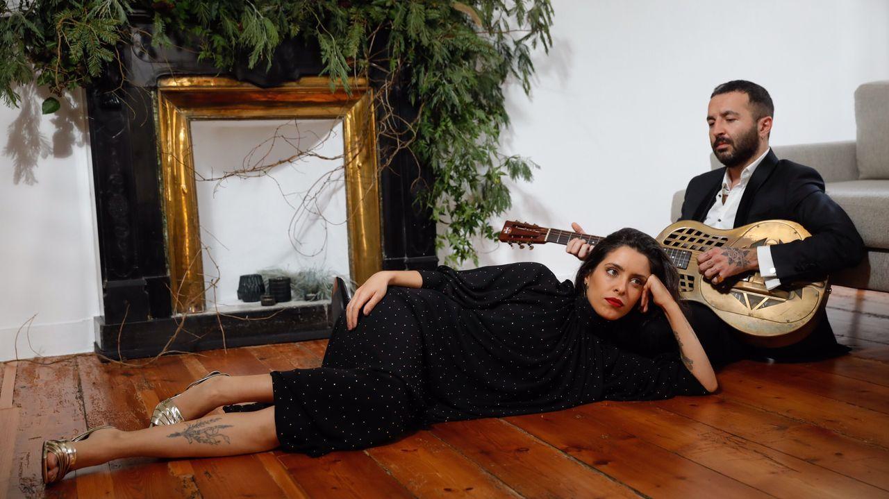 Marta lleva vestido negro y sandalias de Nonne, y Néstor un traje de Etiem. El toque navideño lo pone la chimenea decorada por Love Lovely.