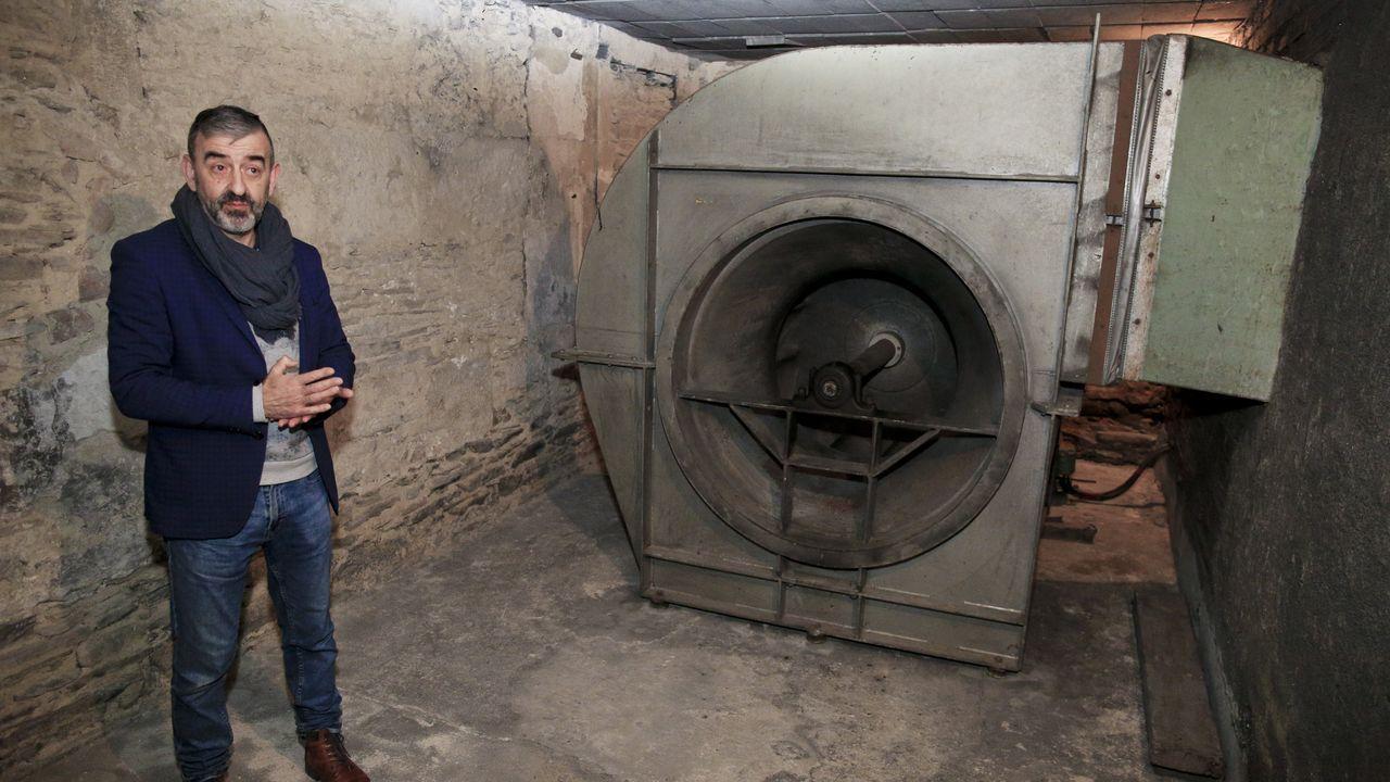 Una gran turbina es la que atrae el aire que luego se calienta en la caldera. César Carnero es el fabriquero de la Catedral de Lugo