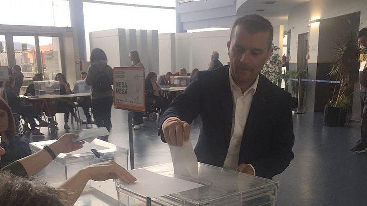 Nico Arcos (Cs) depositó su voto en el Pazo da Cultura