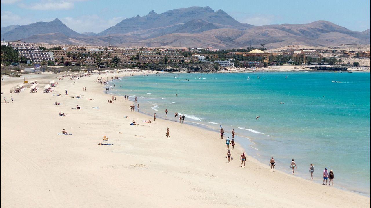 El turismo en Canarias sigue atrayendo a numerosos gallegos.Imagen de archivo de una patrulla de la Policía Nacional