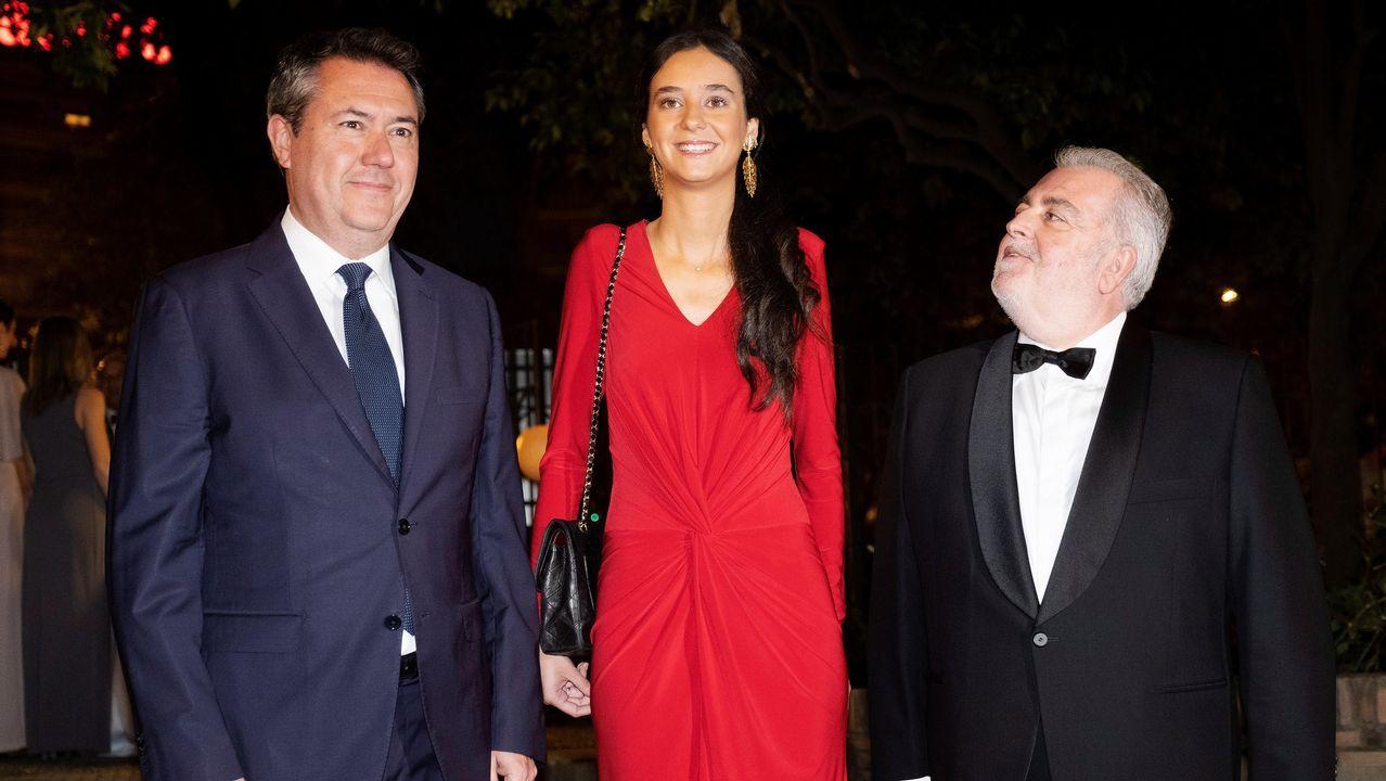 Victoria Federica, con el alcalde de Sevilla Juan Espadas y el presidente del Real Club de Enganches, Jesús Contreras