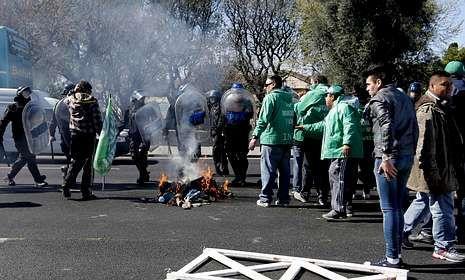 La policía evita que los huelguistas cortaran ayer una carretera en Buenos Aires.