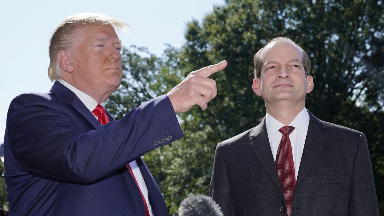 Donald Trump, junto al ya exsecretario de Trabajo, Alex Acosta