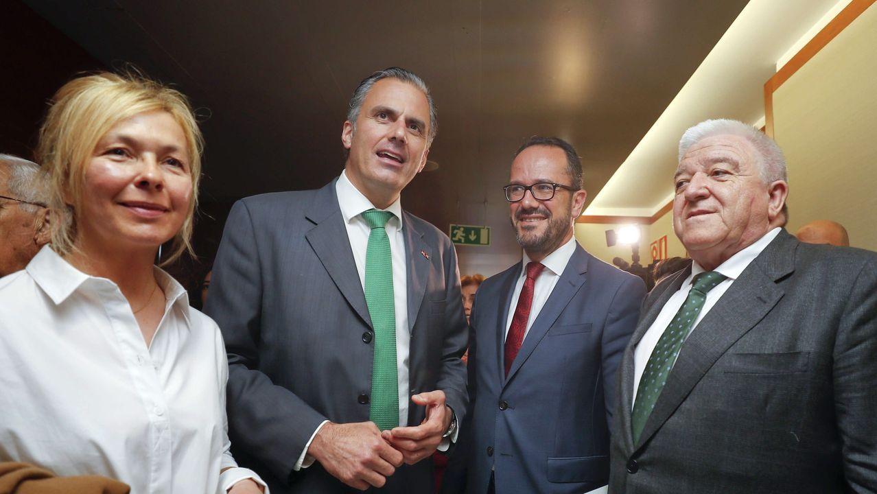 La controvertida reacción de Andrea Levy.El secretario general de Vox, Javier Ortega Smith (2i), y diputados y responsables de este partido en Asturias, tras finalizar el Pleno de constitución del nuevo parlamento asturiano tras las últimas elecciones autonómicas.