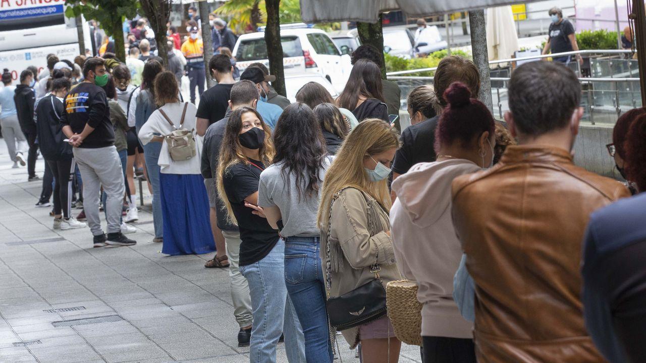 Largas colas para hacerse un test de antígenos en Santiago.El portugués Xoel decidió peregrinar solo a compostela para un viaje espiritual