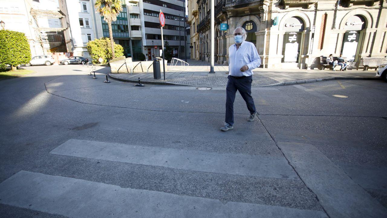 Así están los pasos de cebra de la ciudad.Lara Méndez junto al inspector de la Policía Local de Lugo, Jesus Piñeiro, frente al Concello