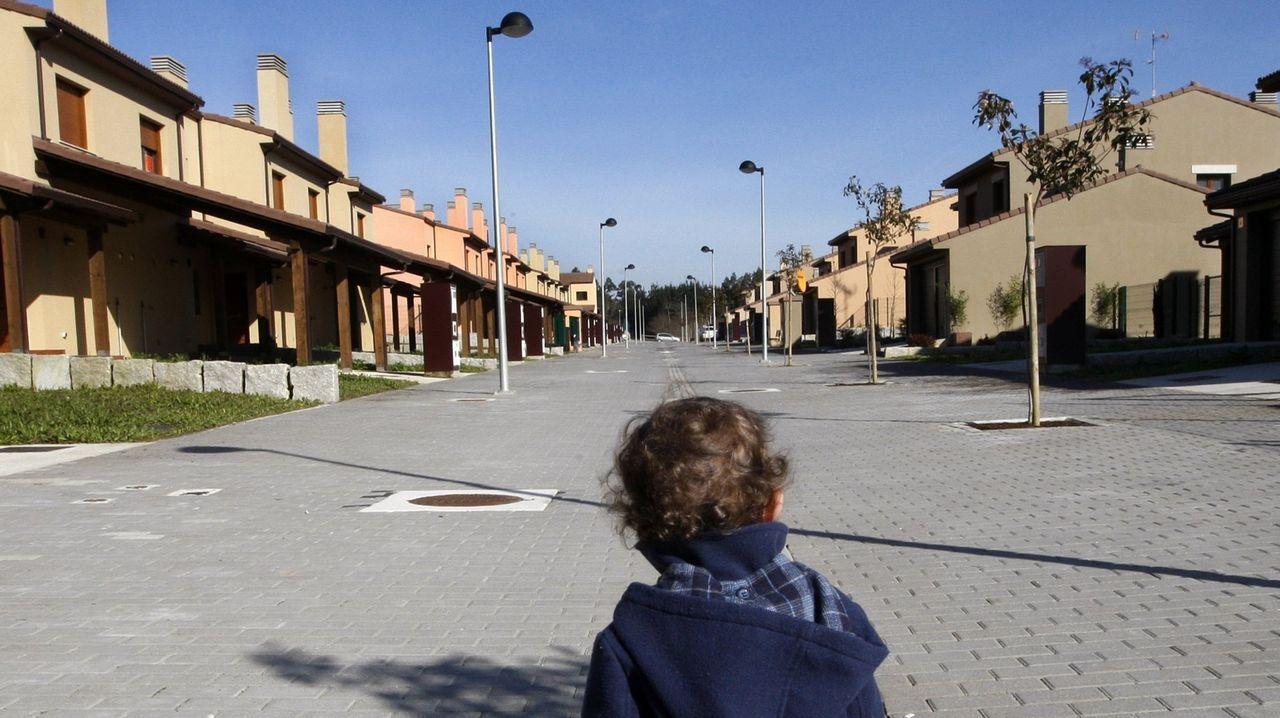 Foto de archivo de un niño en la urbanización Costa Miño