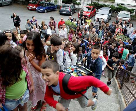 Avalancha de niños de primaria a su regreso al CEIP Aneja de Prácticas el pasado curso.