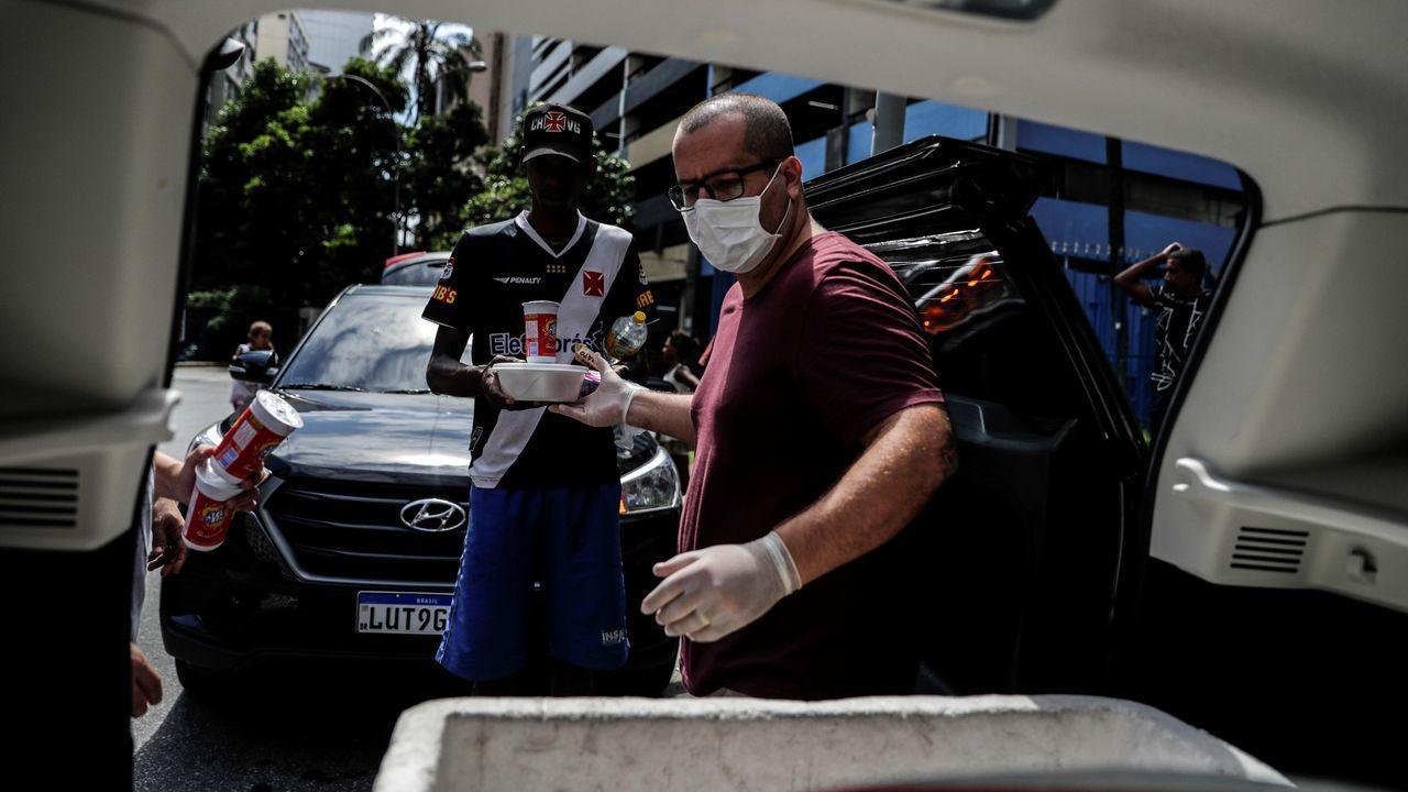 La pandemia en el mundo.Bolsonaro, a su salida del palacio Alvorada