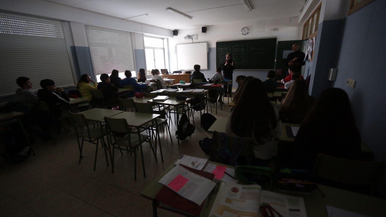 La oscuridad cubre el IES Agra do Orzán.Miguel Fernández lleva meses denunciando que la parada de bus escolar que han asignado a su hija es muy peligrosa