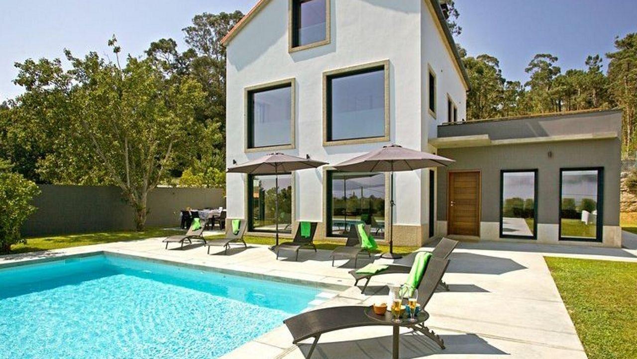En O Rosal. Islas Miño cuenta con una piscina privada frente a la playa de O Rosal. Esta villa, que dispone de cuatro habitaciones, también cuenta con el certificado de excelencia Tripadvisor. Los clientes lo describen como el lugar ideal para unas tranquilas vacaciones.