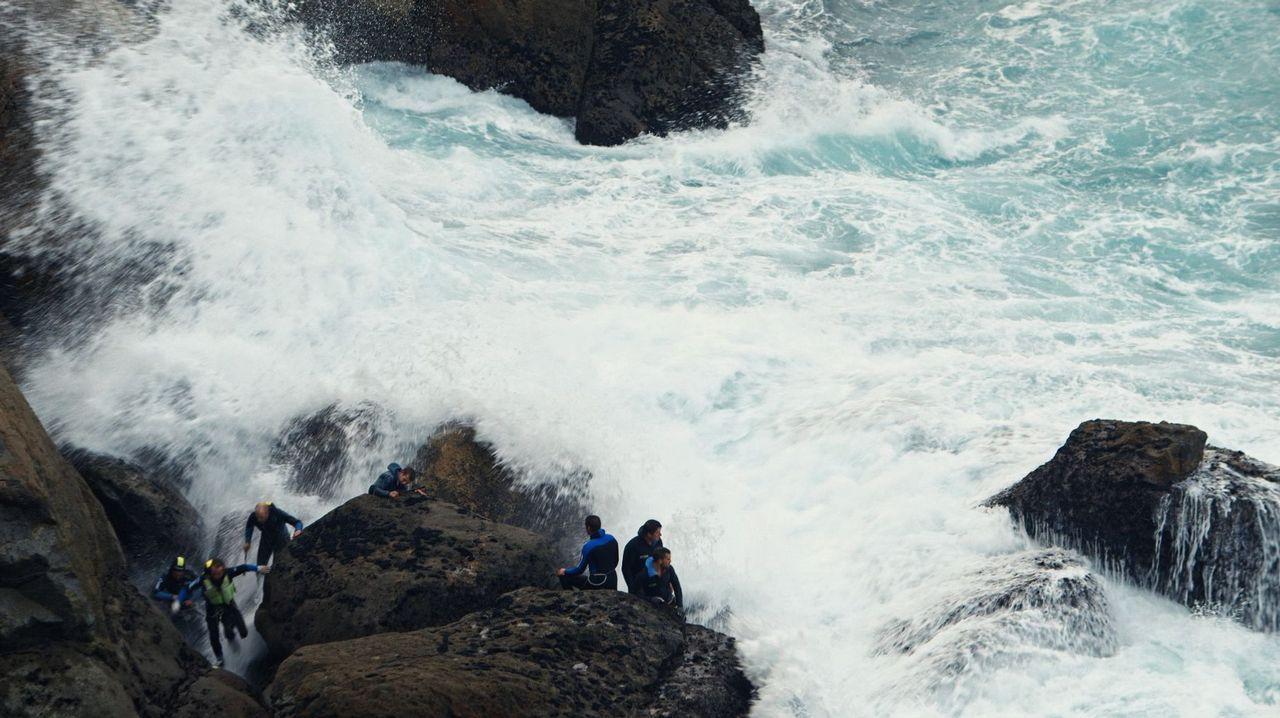Jenny Holzer en Bilbao.«Entre la ola y la roca» documenta el día a día de los percebeiros