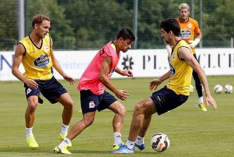 Seoane y Arizmendi, descartados por Víctor Fernández, presionan a Canella en un entrenamiento del Deportivo.
