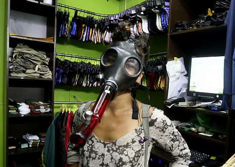 Luis Suárez, recibido en Uruguay como un héroe.Una mujer con una máscara modificada para fumar marihuana, en una tienda de Montevideo.