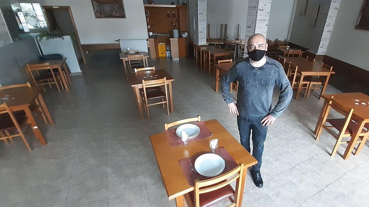 Antonio Carlos Pereiro tiene pocas mesas habilitadas en el interior de su local O Pote