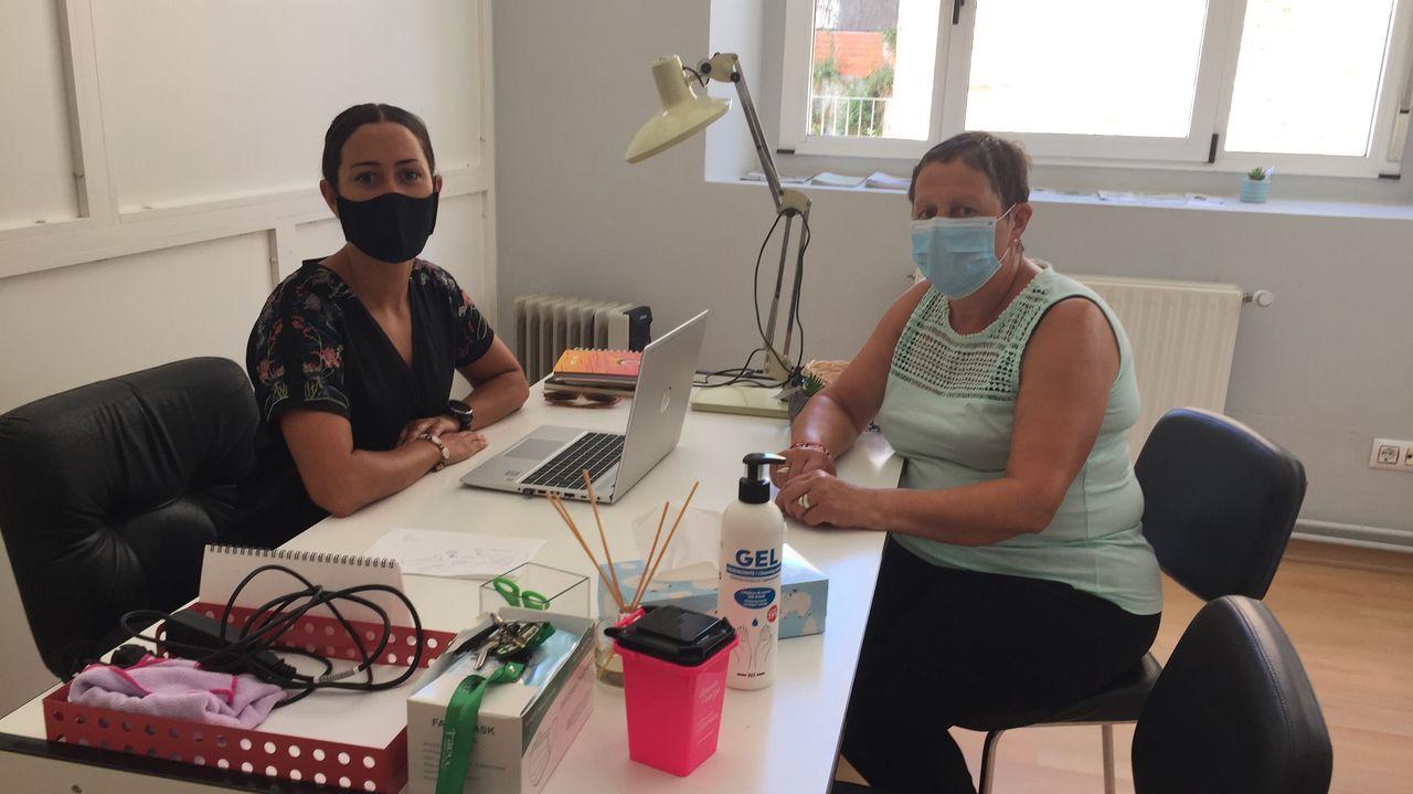 Arantxa Vidal —a la izquierda—, psicóloga de la AECC, y Marisa Sobrino, delegada de esta entidad en Monforte, en el local donde se ofrece atención y asesoramiento a pacientes oncológicos